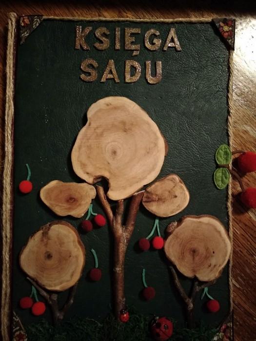 Obraz przedstawia rękodzieło wykonane z pni drzew