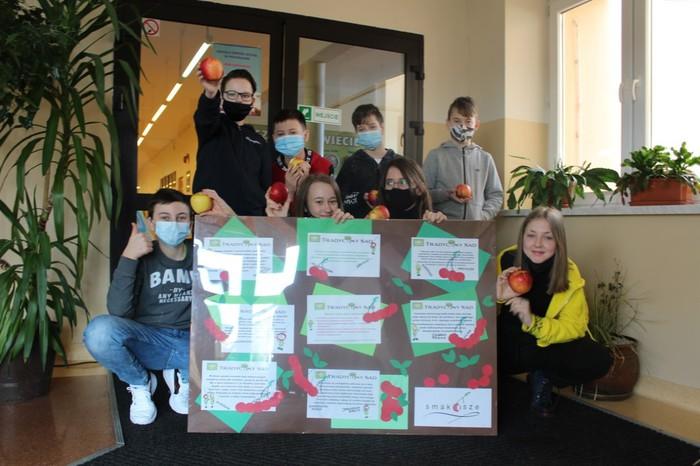 Obraz przedstawia dzieci biorących udział w konkursie