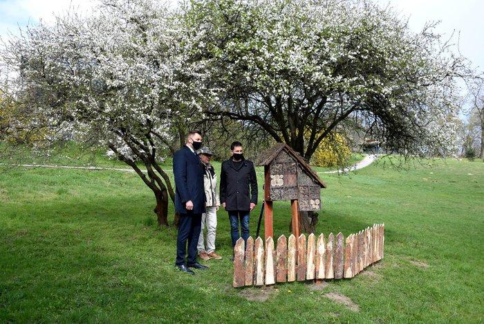 Galeria Park Piszczele - Ścieżka przyrodniczo-edukacyjna - domki dla owadów