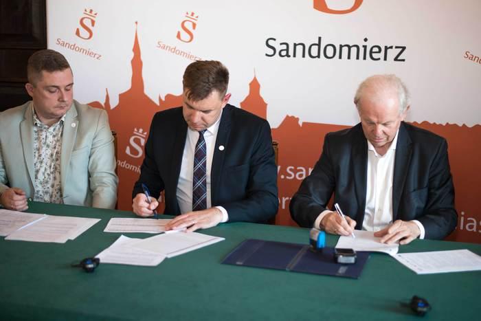 Galeria Podpisanie umowy na modernizację oświetlenia ulicznego