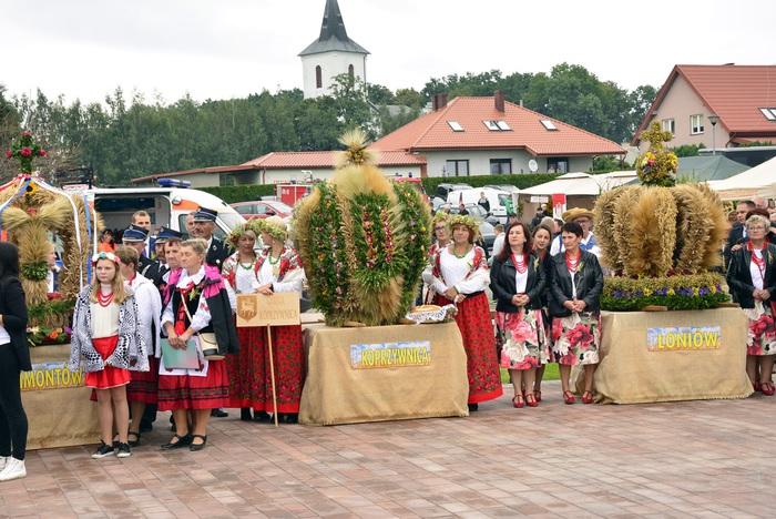 Na placu prezentują się wieńce dożynkowe z gminy Klimontów, Koprzywnica, Łoniów
