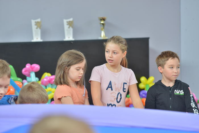 Dzieci bawiące się chustą Klanza