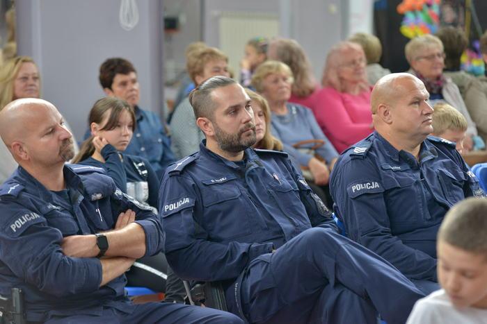 Policjanci z sandomierskiej jednostki słuchający wykładu