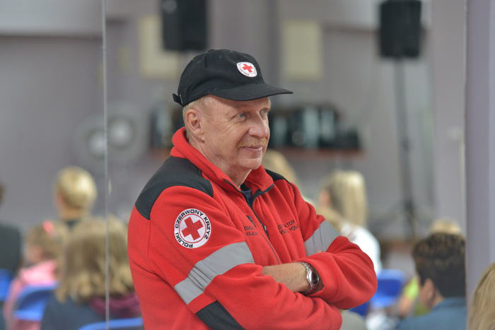 Przedstawiciel Polskiego Czerwonego Krzyża słuchający wykładu
