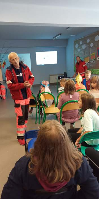 Pracownicy Polskiego Czerwonego krzyża wygłaszający swoją prelekcję