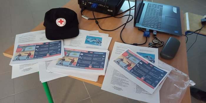 Ulotki leżące na stole informujące o zagrożeniach związanych z powodzią
