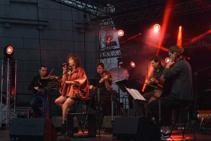 Natalia Kukulska śpiewająca na scenie (2)