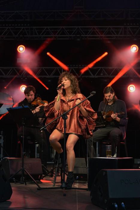 Natalia Kukulska śpiewająca na scenie