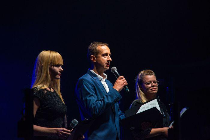 Wojciech Dumin dyrektor Sandomierskiego Centrum Kultury wraz z Kamilą Kremiec-Panek i Beatą Mojduszką otwierają oficjalnie festiwal