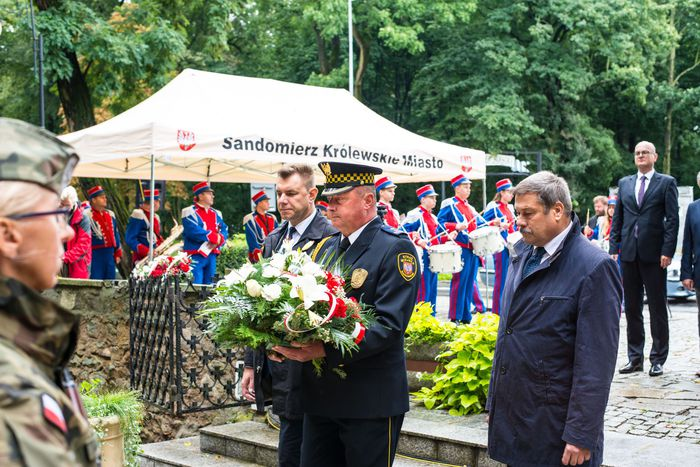 14. Przybyłe delegacje składają wiązanki przed pomnikiem 2 Pułku Piechoty Legionów i 4 Pułku Saperów