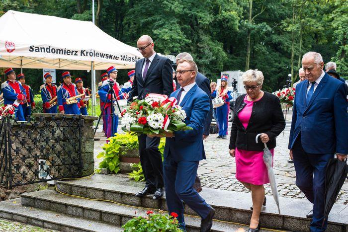 15. Przybyłe delegacje składają wiązanki przed pomnikiem 2 Pułku Piechoty Legionów i 4 Pułku Saperów