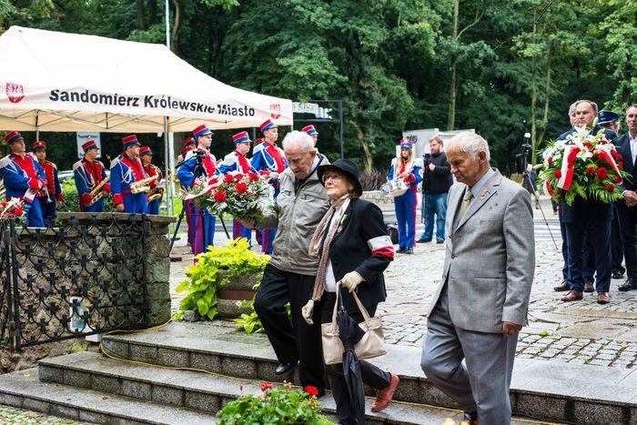 16. Przybyłe delegacje składają wiązanki przed pomnikiem 2 Pułku Piechoty Legionów i 4 Pułku Saperów