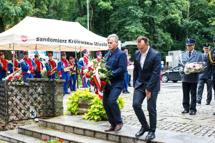19. Przybyłe delegacje składają wiązanki przed pomnikiem 2 Pułku Piechoty Legionów i 4 Pułku Saperów