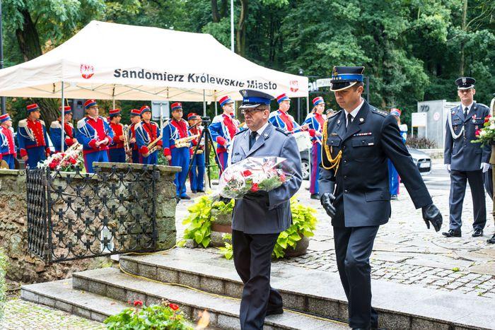 20. Przybyłe delegacje składają wiązanki przed pomnikiem 2 Pułku Piechoty Legionów i 4 Pułku Saperów