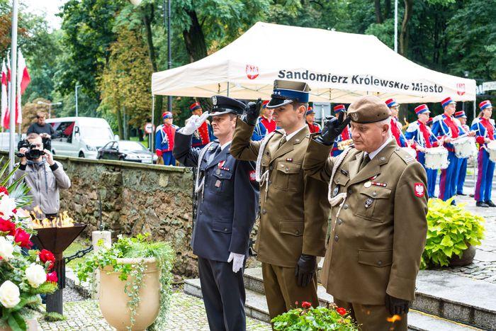 21. Przybyłe delegacje składają wiązanki przed pomnikiem 2 Pułku Piechoty Legionów i 4 Pułku Saperów