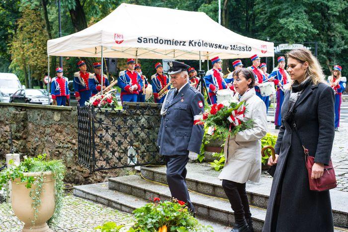 22. Przybyłe delegacje składają wiązanki przed pomnikiem 2 Pułku Piechoty Legionów i 4 Pułku Saperów
