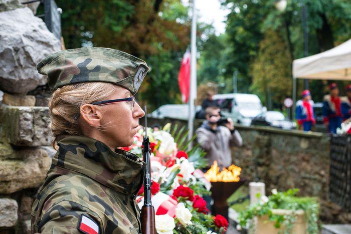 23. Przybyłe delegacje składają wiązanki przed pomnikiem 2 Pułku Piechoty Legionów i 4 Pułku Saperów