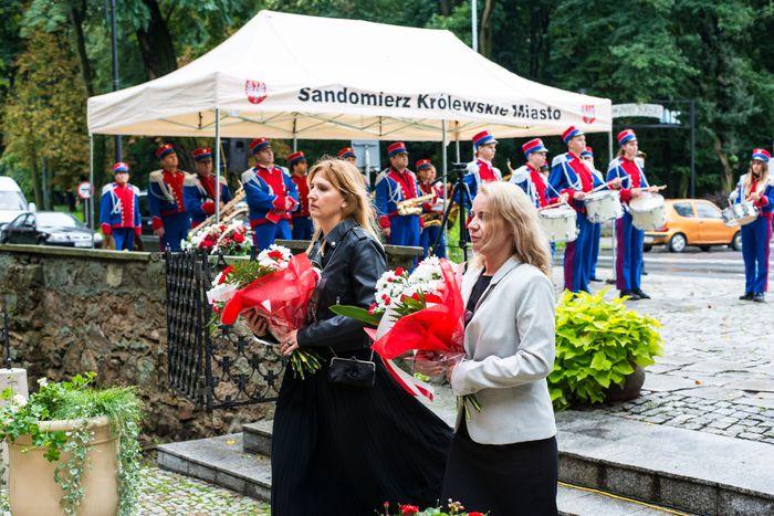 24. Przybyłe delegacje składają wiązanki przed pomnikiem 2 Pułku Piechoty Legionów i 4 Pułku Saperów