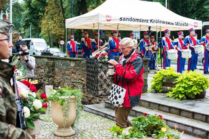 26. Przybyłe delegacje składają wiązanki przed pomnikiem 2 Pułku Piechoty Legionów i 4 Pułku Saperów