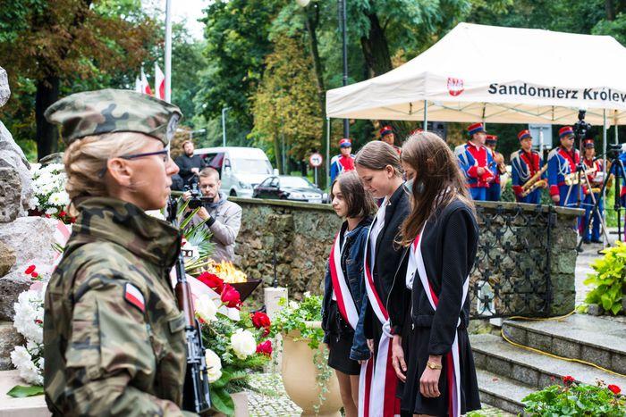 27. Przybyłe delegacje składają wiązanki przed pomnikiem 2 Pułku Piechoty Legionów i 4 Pułku Saperów