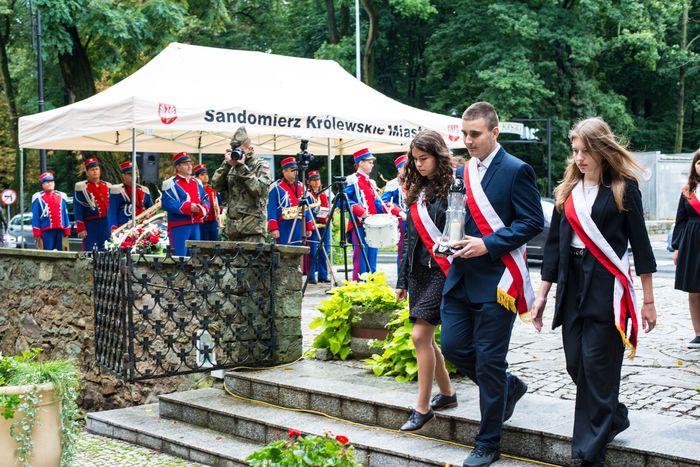 29. Przybyłe delegacje składają wiązanki przed pomnikiem 2 Pułku Piechoty Legionów i 4 Pułku Saperów