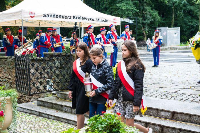 30. Przybyłe delegacje składają wiązanki przed pomnikiem 2 Pułku Piechoty Legionów i 4 Pułku Saperów