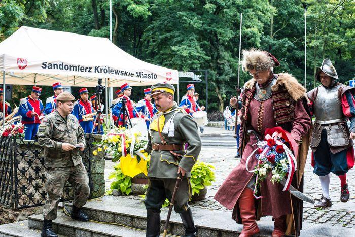 31. Przybyłe delegacje składają wiązanki przed pomnikiem 2 Pułku Piechoty Legionów i 4 Pułku Saperów