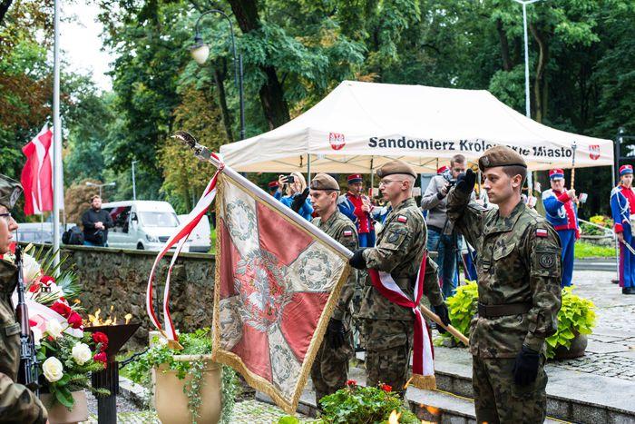 32. Poczet sztandarowy Wojsk Obrony Terytorialnej oddaje hołd poległym