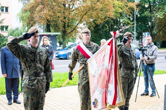 35. Poczet sztandarowy Wojsk Obrony Terytorialnej oddaje hołd plutonowemu Władysławowi Baranowi