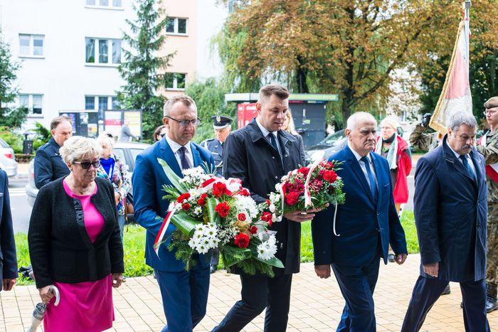 36. Przybyłe delegacje oddają hołd plutonowemu Władysławowi Baranowi