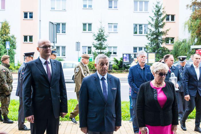 37. Przybyłe delegacje oddają hołd plutonowemu Władysławowi Baranowi