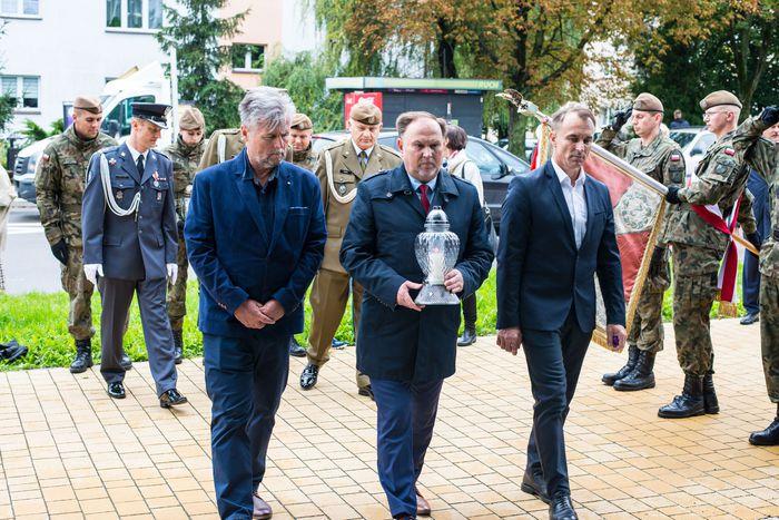 38. Przybyłe delegacje oddają hołd plutonowemu Władysławowi Baranowi