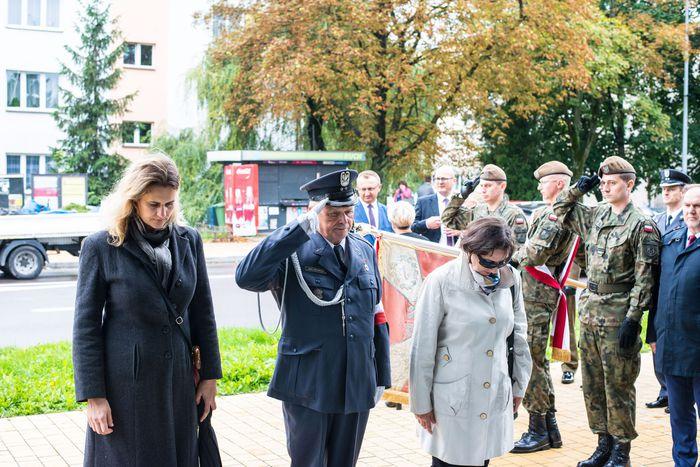 41. Przybyłe delegacje oddają hołd plutonowemu Władysławowi Baranowi