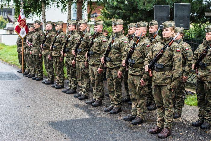 43. Wojskowa kompania honorowa przed pomnikiem por. pilota Michała Brzeskiego