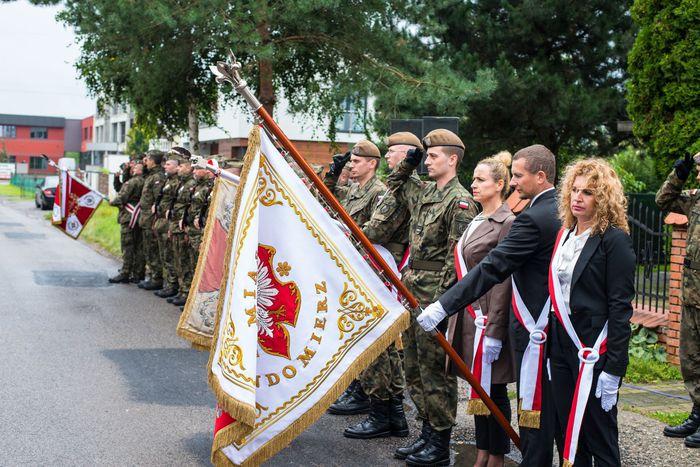 48. Poczty sztandarowe oraz wojskowa kompania honorowa biorąca udział w uroczystości