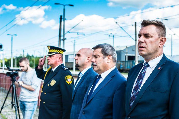 03. Burmistrz Sandomierza wraz z radnymi odśpiewują hymn narodowy