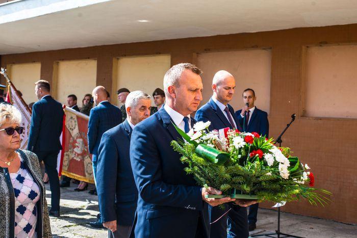 07. Przybyłe delegacje składają wieńce oraz zapalają znicze przed tablicą upamiętniającą ofiary nalotu