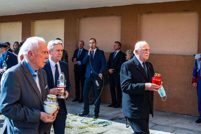 08. Przybyłe delegacje składają wieńce oraz zapalają znicze przed tablicą upamiętniającą ofiary nalotu