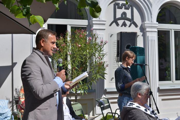 Piotr Chojnacki - Zastępca Przewodniczącego Rady Miasta czyta kwestie Zbyszka Dulskiego.