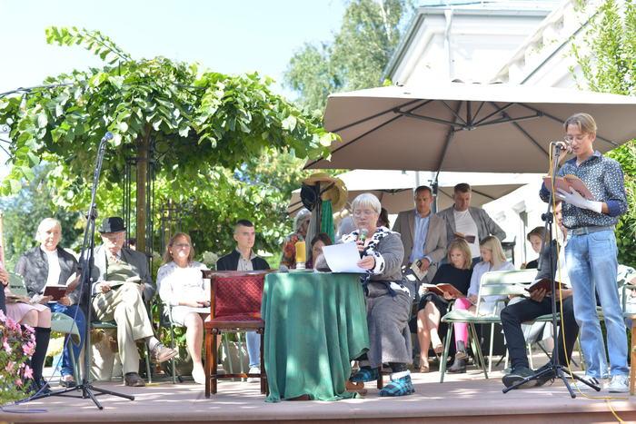 Uczestnik wydarzenia podczas czytania dramatu pt. Moralność Pani Dulskiej.