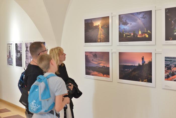 Zwiedzający podziwiają wystawę zdjęć w ramach konkursu fotograficznego.