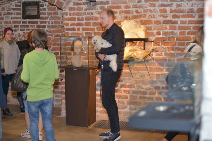 Zwiedzający podziwiają dzieła z krzemienia pasiastego.