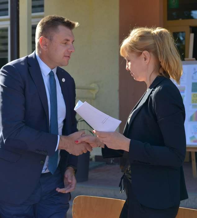 Na zdjęciu Marcin Marzec Burmistrz Sandomierza wraz z przedstawicielką firmy KALDO Sp. z o. o. z Sandomierza.