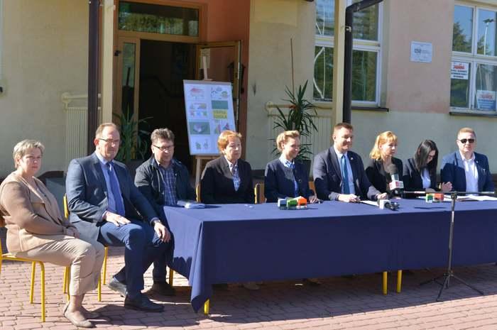 Na zdjęciu Marcin Marzec Burmistrz Sandomierza oraz przedstawiciele szkół, które będą modernizowane oraz wykonawcy, którzy wygrali przetarg.