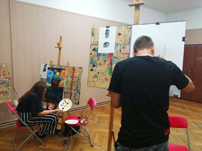 Uczestnicy warsztatów podczas zajęć z malarstwa.