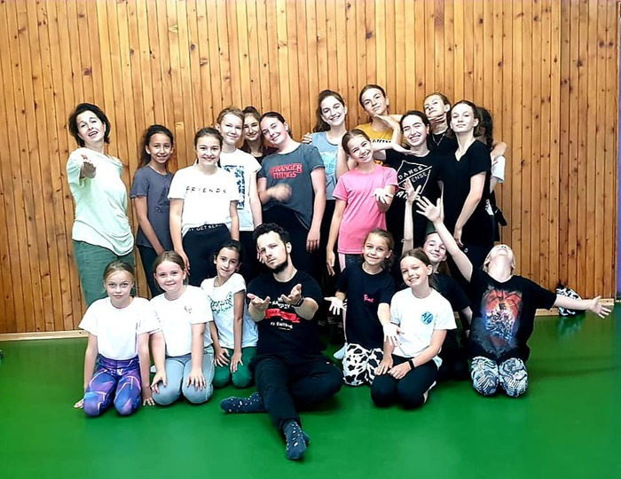 Uczestnicy zajęć tanecznych wraz z instruktorem.