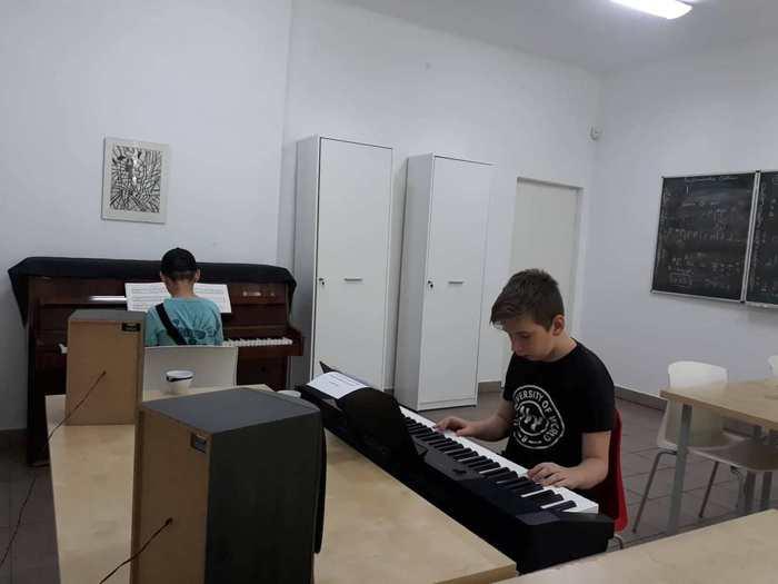 Uczestnicy warsztatów podczas zajęć muzycznych.