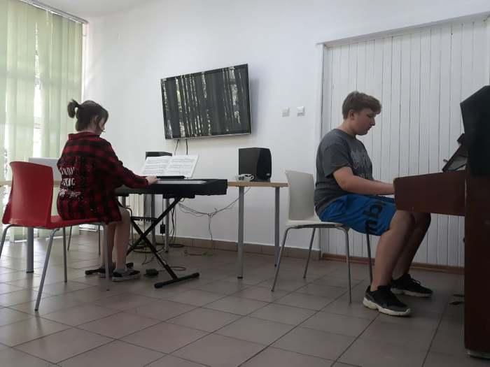 Uczestnicy warsztatów podczas zajęć muzycznych .