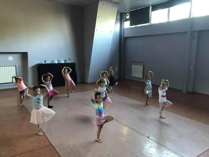 Zajęcia taneczne dla najmłodszych - kroki baletowe.