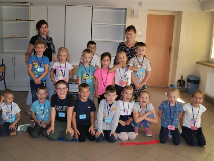 Na zdjęciu grupa dzieci, uczestników warsztatów integrujących.